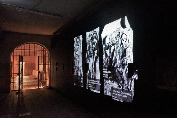 Video projekcija ant areštinės koridoriaus sienos parodoje 'Pažadinti' (K. Stoškaus, LNM nuotr.)