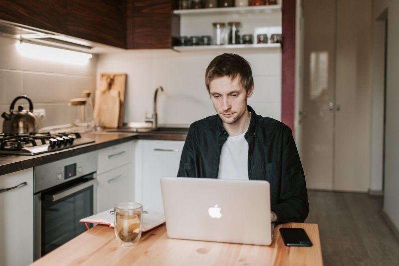 Darbas iš namų – mirties nuosprendis ne tik biurams, bet ir įmonės kultūrai?