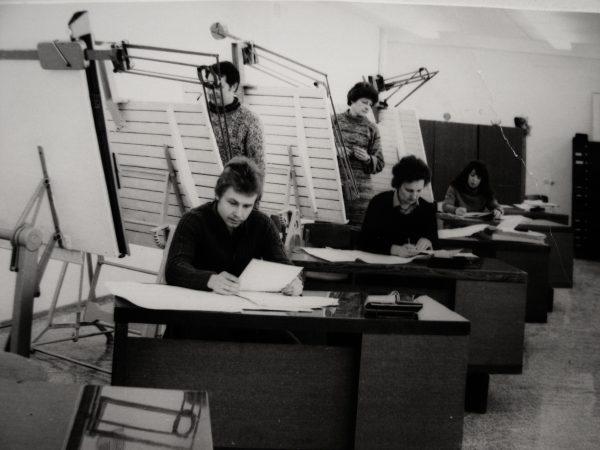 Inžinieriai konstruktoriai darbo aplinkoje
