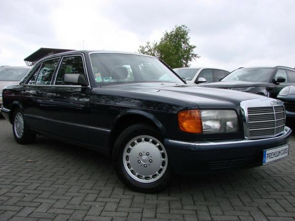 Apie 1987 metus Vokietijos Federatyvinėje Respublikoje gamintas Mercedes Benz 300 bei tuo pačiu laikotarpiu Vokietijos Demokratinėje Respublikoje gamintas Trabant – puiki gyvenimo kokybės skirtumo tarp skirtingų socialinių sistemų iliustracija.