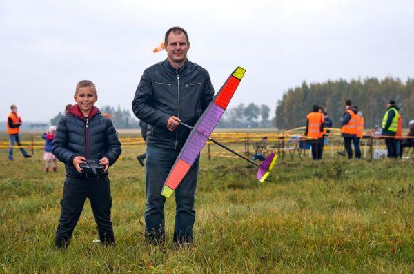 Aviamodeliavimo atstovai - Mantas Černiauskas ir vadovas - Mindaugas Karčiauskas.