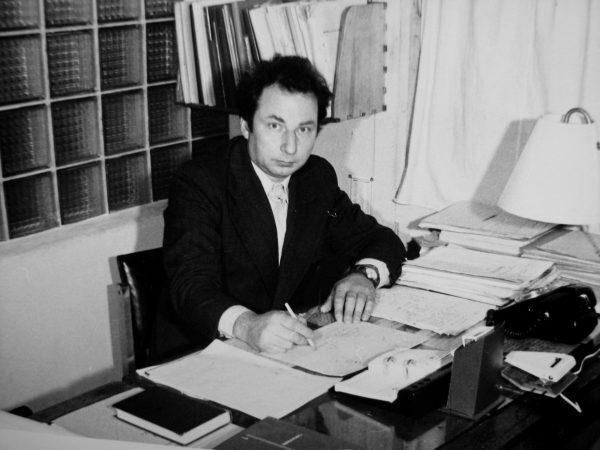 Inžinierius – konstruktokius J. Augustaitis prie savo darbo stalo.