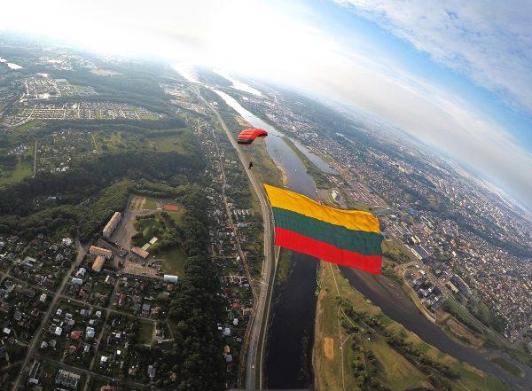 Rekordinio dydžio trispalvė virš Kauno miesto