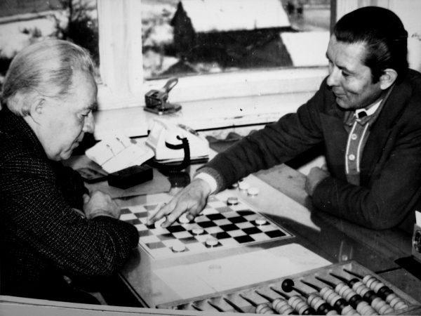 B. Lišauskas laisvalaikiu mėgo žaisti šaškėmis ir žinoma laimėti. Šį kartą žaisdamas su K. Tamaliūnu turėjo nusileisti...