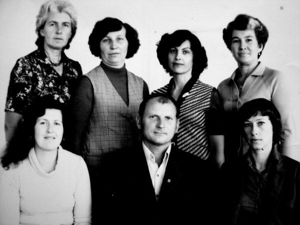 Administracijos darbuotojų grupė, stovi (iš kairės) V.Knyzaitė – kadrų inspektorė, D. Svirkauskienė – sandėlininkė, R. Bujauskienė - kadrininkė, M. Kapliuginienė – ūkio dalies vedėja. Sėdi (iš kairės): R.Liubinskienė – tiekėja, G.Vaitkevičius – tiekimo skyriaus viršininkas, R. Šiugždinienė – tiekėja.