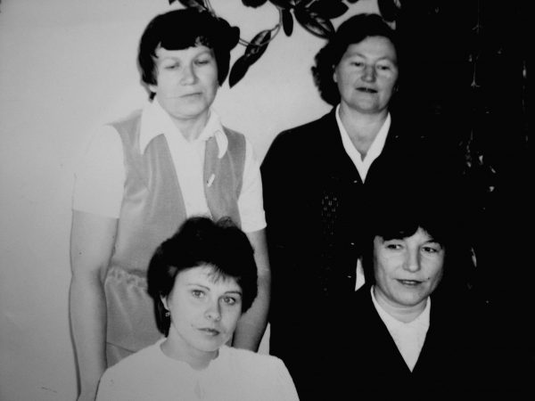 Buhalterija, sėdi (iš kairės) S. Kačinskienė - ...., B.Piliuvienė – stovi (iš kairės) M. Judickienė