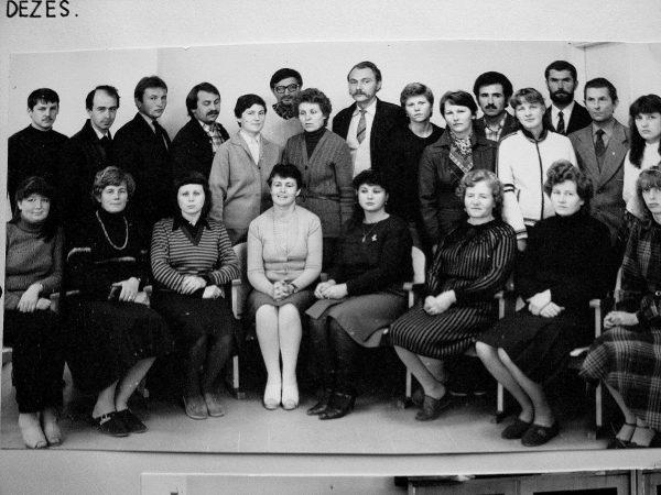 1954 metai, Antras konstravimo skyrius: Pirma iš kairės – Vida(pavardė nežinoma), S. Urbanavičienė, N. Keselienė, B. Pečiulienė, Z. Bogačiova, A. Aleksienė, N. Mikalauskienė, D. Jaskelevičiūtė. Antroje eilėje iš kairės - V. Bendoraitis, E. Svanidzė, A. Račkauskas, V. Plečkaitis, I. Davainienė, E. Zygmanta, skyriaus vedėjas A. Adomavičius, G. Galminienė, V. Sakalauskienė, N. Miškinytė, I. Starožuk, S.Karvelis, K.Tamaliūnas, Laima (pavardė nežinoma).