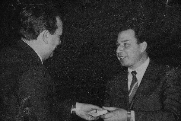 J.Augustaičiui įteikiamas VLŪPP sidabro medalis už M6-FUG pusautomačio, skirto mėsos pusfabrikačiams fasuoti, sukūrimą