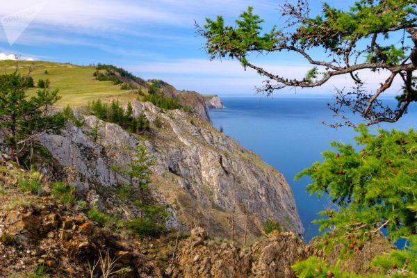 Vasarą Olchono salos krantai labai vaizdingi