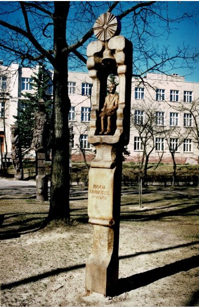 Koplytstulpis, skirtas pirmosios gimnazijos klasės atidarymui (1994 m.), Kazlų Rūdos vidurinėje mokykloje