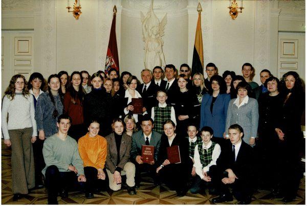 Kazlų Rūdos Kazio Griniaus gimnazijos gimnazistai, mokytojai Lietuvos Respublikos Prezidentūroje. Gimnazistams, rašinio skirto Prezidentui Kaziui Griniui, nugalėtojams, įteiktos knygos (2001m.)