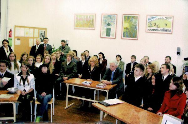 Kazlų Rūdos Kazio Griniaus gimnazijoje, istorinėje pamokoje, dalyvauja Prezidentas Valdas Adamkus (2006 m.), buvęs artimas Prezidento Kazio Griniaus bičiulis ir draugas
