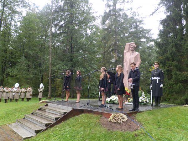 Pagerbiant Prezidento atminimą atliekamos muzikinės literatūrinės kompozicijos prie Prezidento paminklo Mondžgirėje