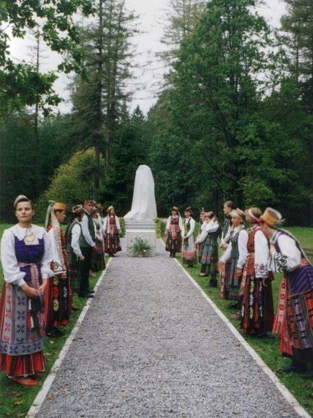 Prezidento Kazio Griniaus palaikų perlaidojimo ceremonija Mondžgirėje (1994 m. spalio 8 d.). Dalyvauja Kazlų Rūdos vidurinės mokyklos mokiniai, mokytojai