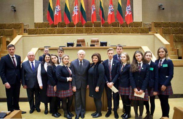 Kazlų Rūdos Kazio Griniaus gimnazijos atstovai LR Seime, organizuotame renginyje, skirtame Prezidento Kazio Griniaus 150- osios gimimo metinėms (2016)