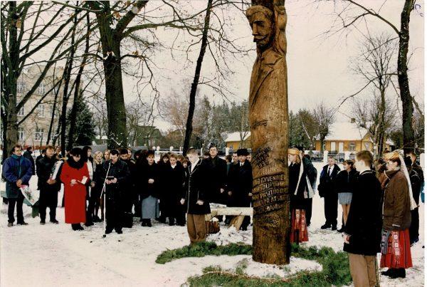 Koplytstulpio Prezidentui Kaziui Griniui atidengimas Kazlų Rūdos Kazio Griniaus gimnazijos kieme (1999 m.)