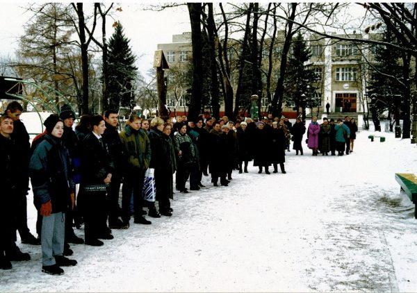 Koplytstulpio Prezidentui Kaziui Griniui atidengime dalyvauja pirmosios gimnazistų laidos (1945 m.) abiturientai, gimnazijos bendruomenė, kviestiniai svečiai