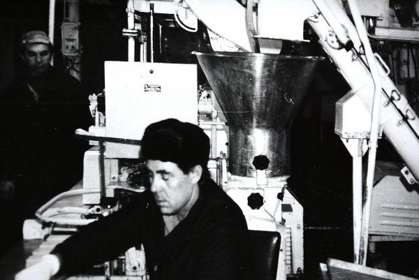 Prie M6- IFA automato dirba operatorius – laivo darbuotojas