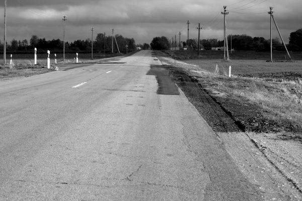 Sunkiasvoriai vilkikai trupina asfalto dangos kraštus