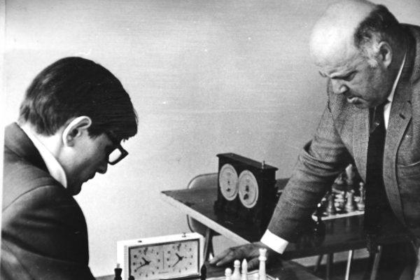 Eugenijus šachmatų simultane 1973 m. su sporto meistru I. Vistaneckiu