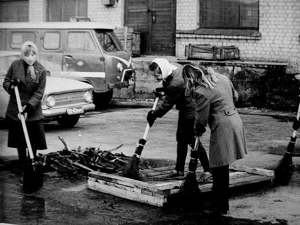 Talkininkės dirba kieme priešais automatų laboratoriją ( automatų gamyklos teritorijoje 1978 m.)