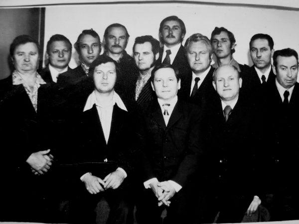 Eksperimentinio cecho darbuotojai-staklininkai 1979 m. Sėdi: V. Ščiarveninas, V. Akelaitis. K. Maceina. Stovi: cecho viršininkas A. Slušnys, G. Lelka, B. Akelaitis, N. Katilius, V. Akelaitis, V. Katilius, A. Puskunigis, nežin., J. Salatka, B. Gustainis