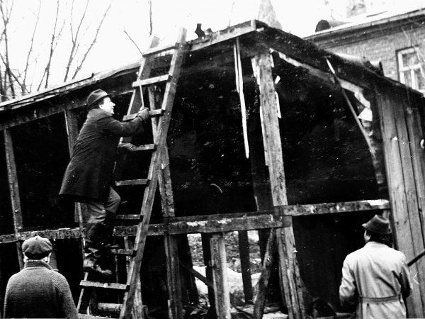 Apleistas sandėliukas Černiachovskio (dabar Vytauto) gatvėje greit bus nugriautas (1979 m.)Darbui pasiruošęs SKB viršininkas V. Mickevičius