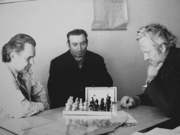 Prie šachmatų lentos susitiko frezuotojas A. Puskunigis (dešinėje) ir technologų skyriaus vedėjas P. Švirinas. Centre – frezuotojas B. Gustainis