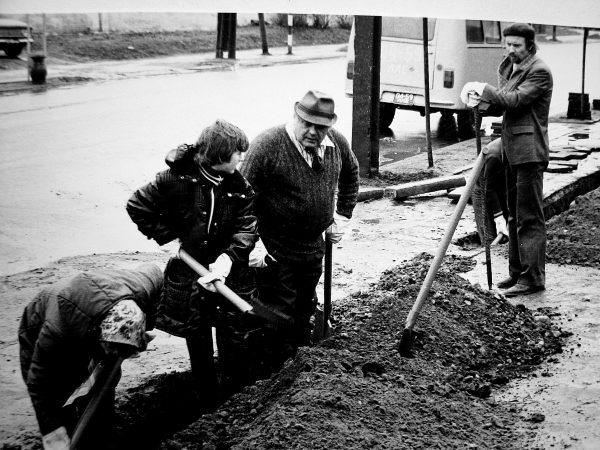 Tiesiamas kabelis Vilniaus (dabar Dariaus ir Girėno) gatvėje .Talkoje dirba ir SKB vyr. inžinierius E. Ivanauskas. Pietų pertraukėlę padaryti ragina A. Rutkauskas – profkomiteto pirmininkas