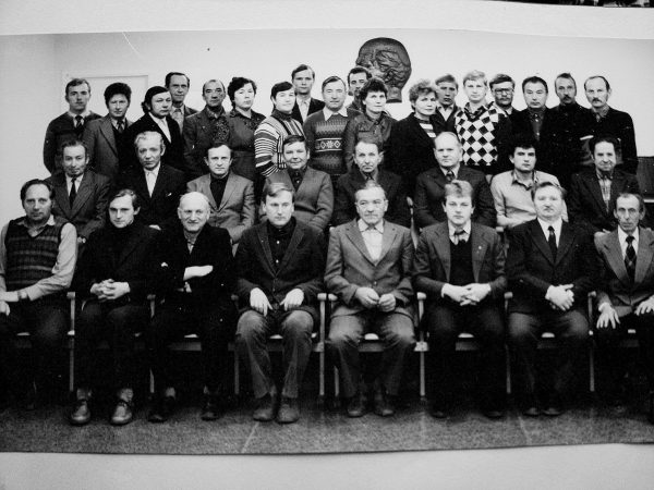 Eksperimentinis cechas 1984 m. Priekyje: R. Nedzinskas, V. Kinderis, K. Maceina, G. Mazurkevičius, V. Minkevičius, V. Pavilionis, cecho viršininkas A. Slušnys, K. Augustinas. Antroje eil. B. Gustainis, A. Papečkys, V. Bulvičius, V. Meškelevičius, A. Steponaitis, B. Dabulevičius, A. Balaika, J. Rutkauskas. Trečioje eil. nežin., nežin. P. Sprangauskas, nežin., V. Nevulis, Z. Kunigauskienė, O. Mazurkevičienė, V.Juzėnas, V. Penčyla, nežin., M. Statkevičienė, I. Lipinskienė, nežin., nežin., V. Slušnys, V. Stankevičius, B. Akelaitis, N. Katilius