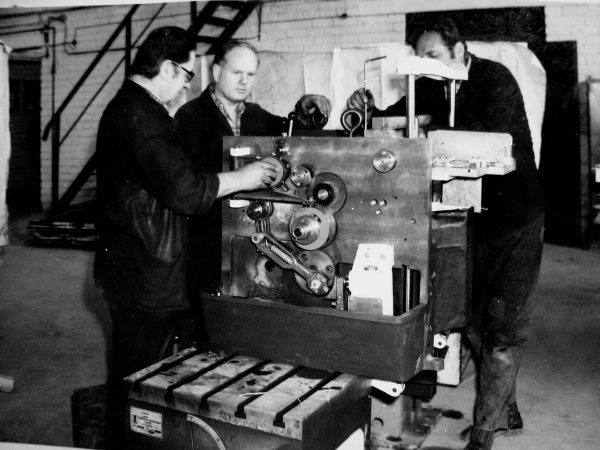 Šaltkalviai-surinkėjai J. Rutkauskas, B. Dabulevičius ir R. Nedzinskas dirba prie sviesto fasavimo linijos BENHIL