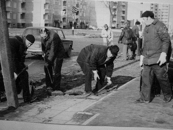 Tvarkome šaligatvį Stoties gatvėje 1984 m., jau priešais savo naująjį inžinerinį – laboratorinį SKB pastatą