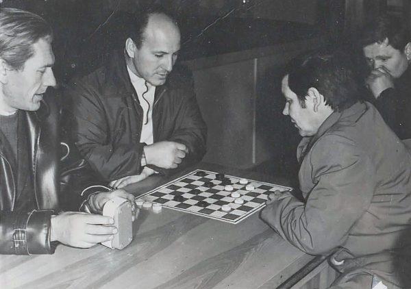 Cecho vyrai mėgo žaisti šaškėmis. J. Vosyliaus partija su V. Meškelevičium. Kairėje E. Ramanauskas