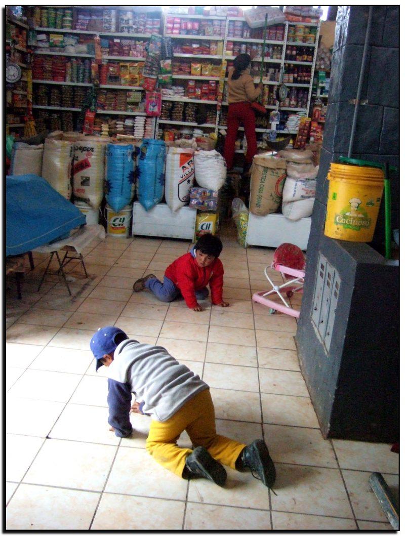 Peru. Tėvai dirba, vaikai žaidžia