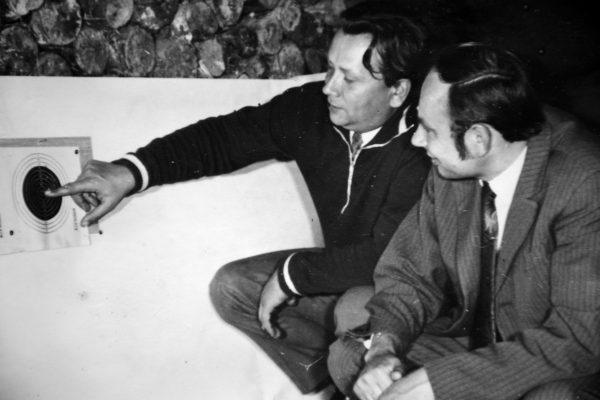 Šaudymo varžybų 1974 m. rugsėjo 24 d. Mašinų gamintojo dienos proga dalyviai SKB viršininkas V. Mickevičius ir planavimo skyriaus vedėjas A. Rukštelė