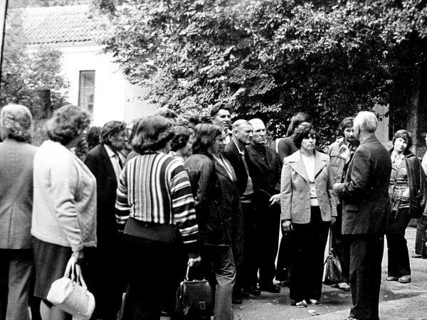 Estijoje Saaremaa saloje įžanginį žodį taria žinomas ekskursijų vadovas T. Linno. 1977 m.