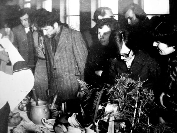 SKB vakaronėje 1979 m. vyksta stalų serviravimo vertinimas. Neetatinis korespondentas – dryžuotu švarku...