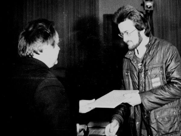 Dailininkui V. Jakučioniui garbės raštą 1981m. įteikia SKB vyr. inž. E. Ivanauskas