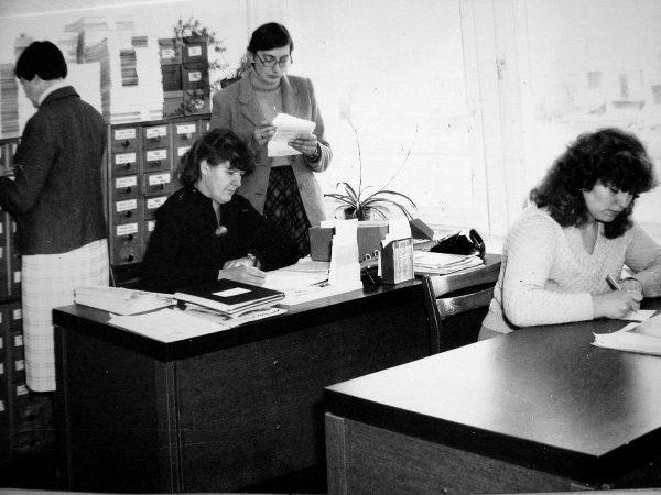 Patentinio darbo grupė 1984 m. Prie stalų sėdi L. Vosylienė, V. Grinevičienė. Stovi A. Motiejūnienė, nusisukus – L. Rukštelienė