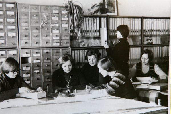 Techninės informacijos tarnyba 1980 m. V. Juodišienė, Z. Žukauskienė, O. Šulinskienė. L. Sakalauskaitė, L. Bernotienė. Prie prospektų fondo – L. Rukštelienė