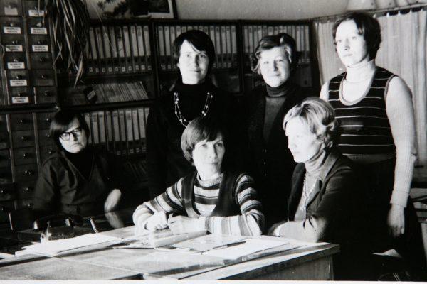 Techninės informacijos tarnyba 1980 m. Sėdi V. Juodišienė, L Sakalauskaitė, Z. Žukauskienė; Stovi L. Rukštelienė, O. Šulinskienė, L. Bernotienė