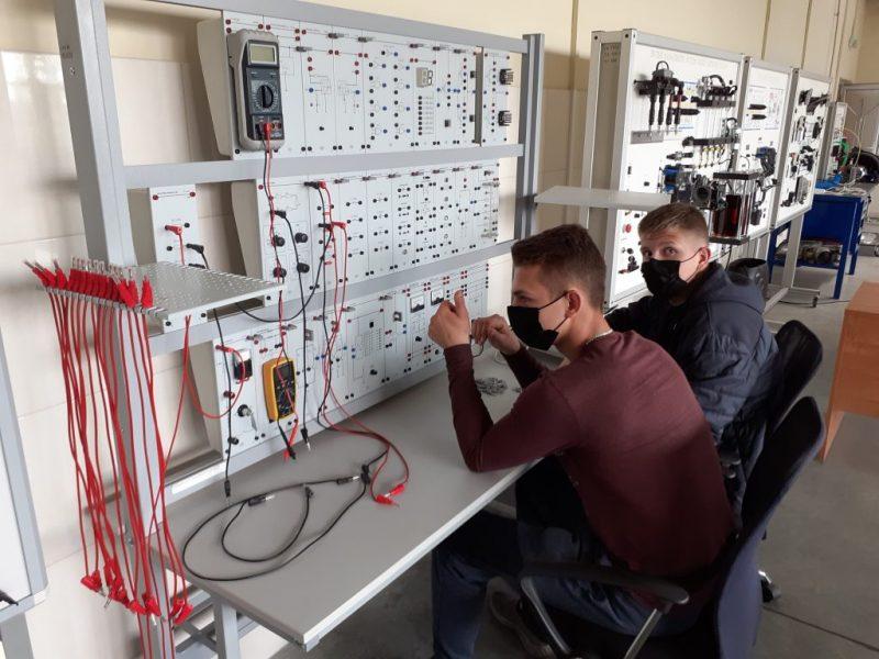MPRC automobilių mechaniko specialybės mokiniai