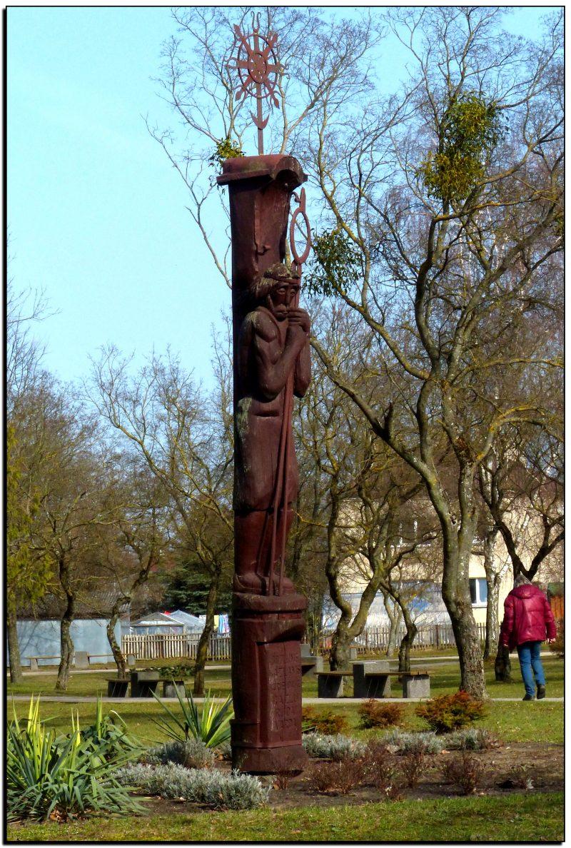 """Skulptūra """"Kalvis krivulis"""" skirtas Kazlų Rūdos įkūrėjams broliams Kazlams"""