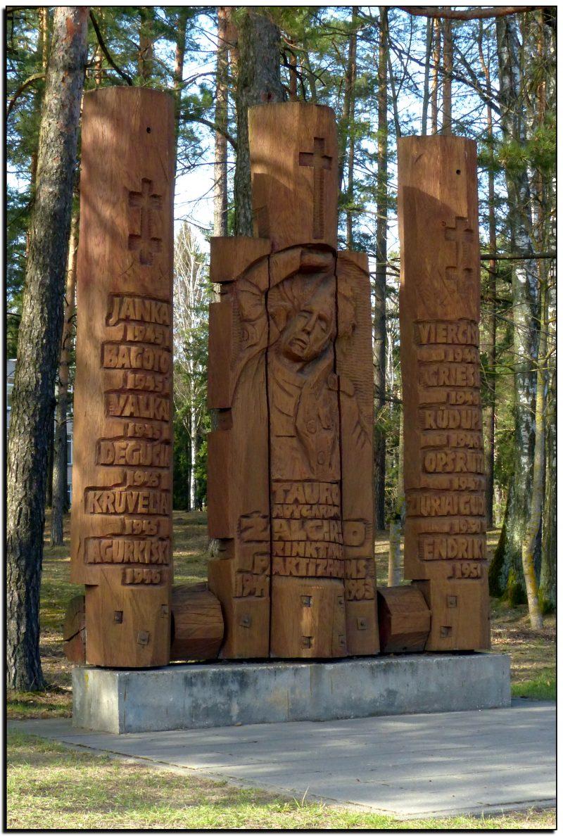 Prie Kazlų Rūdos ligoninės įkurdinta skulptūra Tauro apygardos Žalgirio rinktinės partizanams atminti