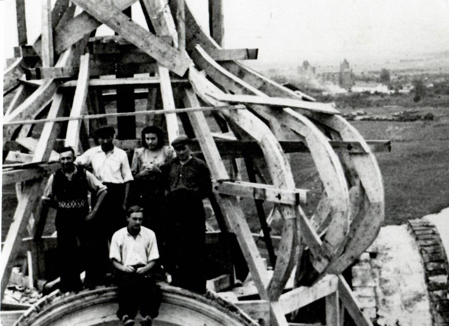 Bažnyčios bokštų atstatymo darbai po karo.