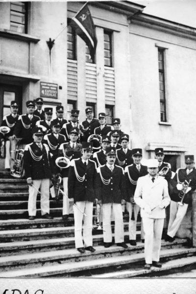 1973 m. su orkestru prie buvusių kultūros namų