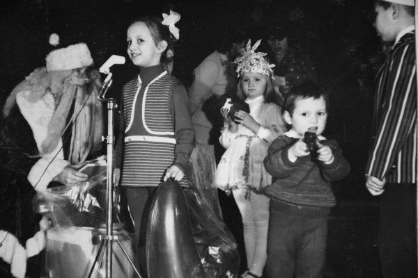 Už dovanėlę dėkoja Černiūtė. Su karūna – Slušnytė. 1976 m.