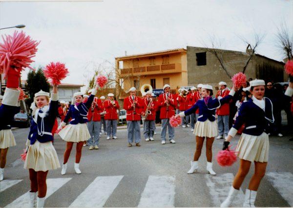 Orkestras su šokėjomis Graikijoje 1993 m.