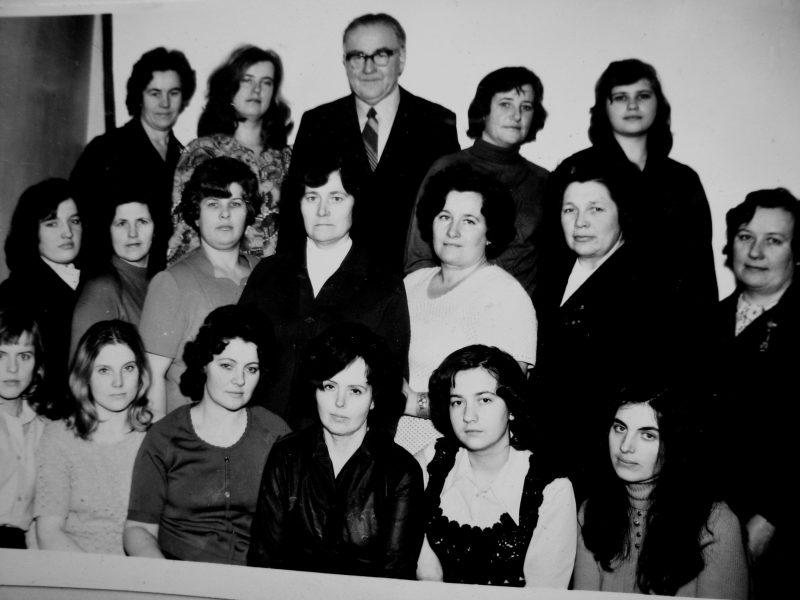 1976 m. Skyrius pripažintas geriausiu pagalbinių tarnybų tarpe. Sėdi: E. Rutkauskienė, J. Saiko, J. Švirinienė, B. Šimonėlienė, Žitkutė, R. Bujauskienė. 2-je eil.: nežin., E. Akelaitienė, R. Mickevičienė, A. Kasakaitienė, N. Rezanova, nežin., J. Tamošaitienė. 3-je eil. P. Gustainienė, T. Chabijeva, V. Gavėnas, 1976 m. Skyrius pripažintas geriausiu pagalbinių tarnybų tarpe. Sėdi: E. Rutkauskienė, J. Saiko, J. Švirinienė, B. Šimonėlienė, Žitkutė, R. Bujauskienė. 2-je eil.: nežin., E. Akelaitienė, R. Mickevičienė, A. Kasakaitienė, N. Rezanova, nežin., J. Tamošaitienė. 3-je eil. P. Gustainienė, T. Chabijeva, V. Gavėnas, J. Steponaitienė, nežin.J. Steponaitienė, nežin.