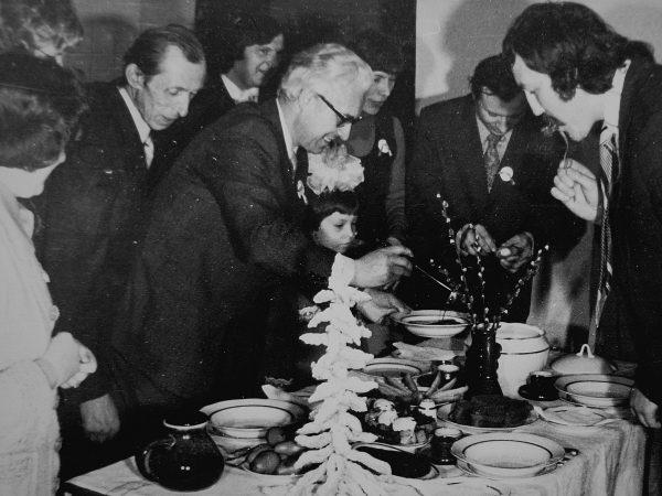 Knygrišių stalo valgius degustuoja autoritetinga komisija.1978 m.